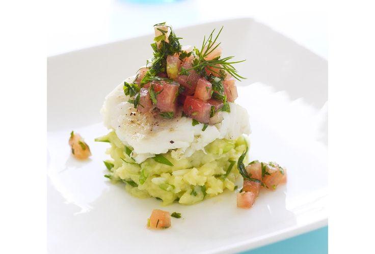 Gepocheerde kabeljauw met puree van lente-uitjes en tartaar van tomaat en verse kruiden