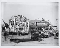 Draaiorgel vertrekt per KLM-vliegtuig naar Amerika voor de feestweek Holland. | Meerendonk, Ben van