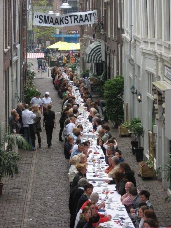 De Langste Afternoon tea in Dordrecht meer dan 200 gasten hebben een heerlijke thee gehad in de Smaakstraat