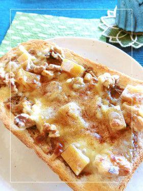 【干し芋・胡桃・黒蜜のトースト】干し芋・胡桃に黒蜜とチーズを合わせたおやつ系トーストです。シナモンをたっぷりふってどうぞ