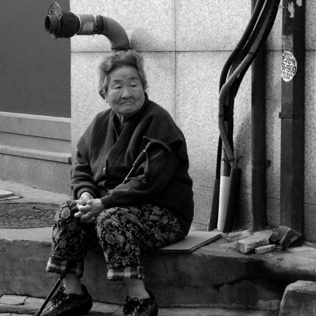 relghamry / #blackandwhite #grandmother #할머니 #korean #lady #old #한국 #서울 / #골목 #사람 #거리 / 2013 12 24 /
