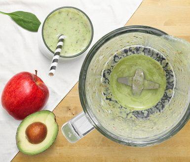 Recept: Smoothie med äpple, avokado och spenat