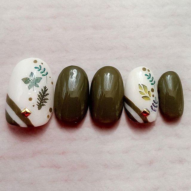京都用のネイル第2弾!! 苔寺へ行くので緑ネイルをしてみた! #エスポルール の#オリーブ はお気に入り💕なんだけどこの落ち着いた色が京都の雰囲気に合うなぁ... ウォーターネイルシールは本当綺麗で好き(*´ω`*)✨ アクセントにオリーブ色でドットをしてみた! #しずくネイルシール #ウォーターネイルシール #緑ネイル #グリーンネイル #大人可愛いネイル #リーフネイル #春ネイル #夏ネイル #ボーダーネイル #ポリッシュネイル #セルフネイル