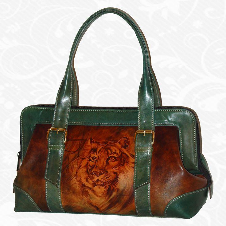 Motív: Green tiger  Originálna ručne maľovaná kožená kabelka. Existuje len jeden kus. Každý jeden kus ručne maľovaných výrobkov je umelecké dielo. Kabelka je neopakovateľný originál s nádhernou maľbou. http://www.vegalm.sk/