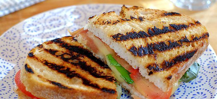 Deze tosti met parmaham, tomaat, basilicum en truffelmayonaise is zo gemaakt en onweerstaanbaar lekker. Hier het makkelijke recept.