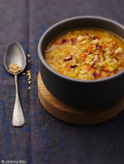 Recette Soupe à l'ancienne : Faites tremper l'orge dans de l'eau chaude pendant 1 h.Pelez les légumes, lavez-les et coupez-les en petits dés.Faites-le...