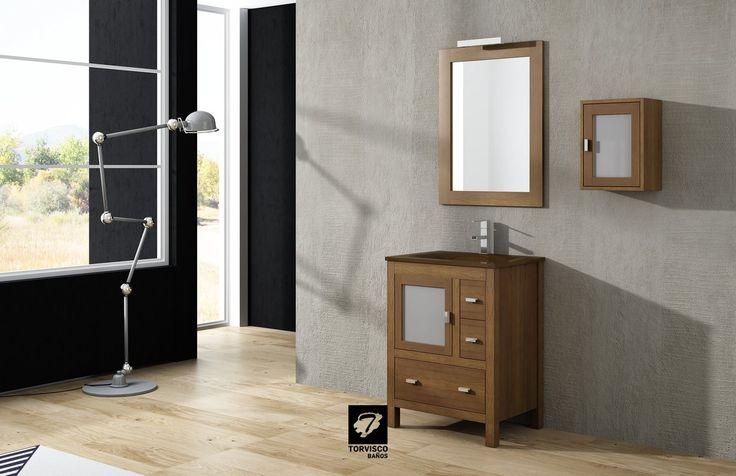 Mueble de baño LOIRA de TORVISCO GROUP. Con acabado en Roble Natura, de 60cms, perfecto para un almacenaje organizado de las cosas del baño.Con espejo y colgar a juego.