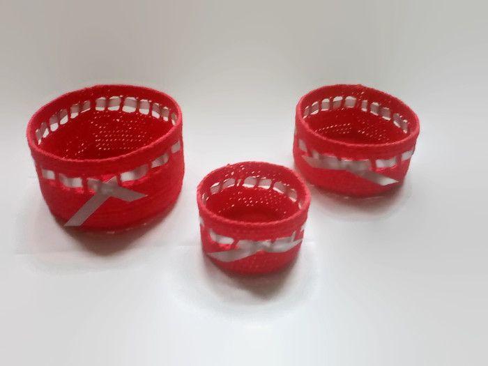 ZOŚKA - to komplet  prostych koszyczków do przechowywania bibelotów. Każdy z koszyczków: mały, średni i duży został wydziergany z wysoko gatunkowej bawełnianej włóczki, a następnie wykrochmalony – w celu ich usztywnienia. Można je włożyć jeden w drugi, jak matrioszki. Przepleciona wstążka delikatnie ozdabia i dodaje uroku.