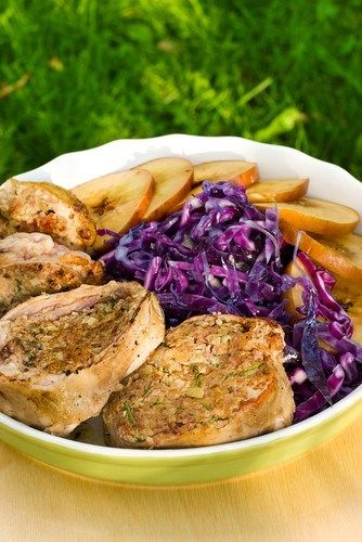 Салат из красной капусты с яблоком и горчично-майонезным соусом для свинины на гриле