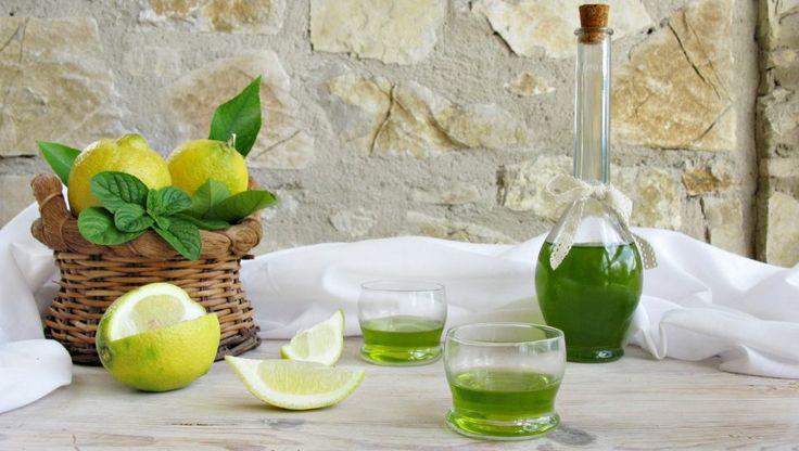 Il liquore alla menta e limone, è ottimo da bere ghiacciato, perfetto anche come ingrediente di cocktails da sorseggiare all'aperto, nelle afose serate estive. Servite questo liquore a fine pasto, con biscotti al limone e menta o con un cupcake al limone, farete la felicità dei vostri ospiti. Per la preparazione di questo liquore ho utilizzato limoni bio e la menta glaciale, molto aromatica e dal sapore intenso, leggermente dolciastro e pungente, se non la trovate al mercato, potete...