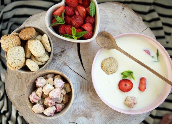 Skønne sommerdesserter med jordbær, rabarber og andet godt - nemme at lave og passer perfekt til sommer og solskin - få opskrifter her