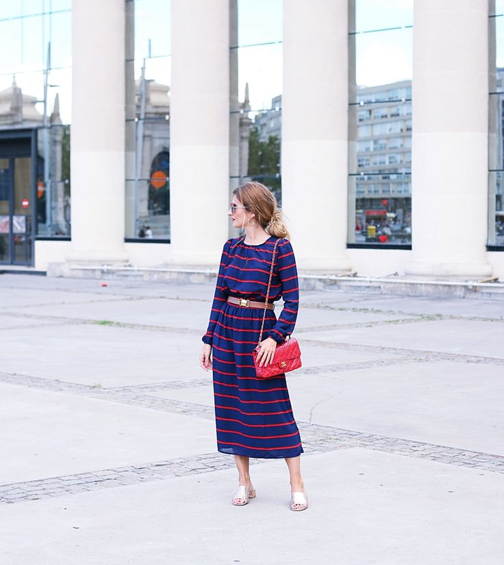 BLOG DE MODA Y LIFESTYLE: VESTIDO MIDI AZUL MARINO RAYAS ROJAS. Navy and red striped midi dress+brown and gold belt+metallized mules+red chain shoulder bag+sunglasses+red. Summer Casual Outfit 2017