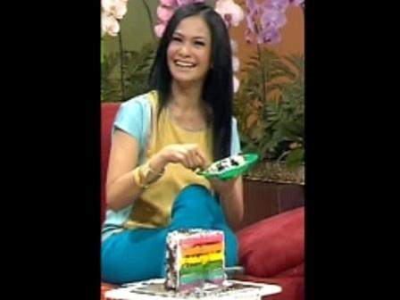 Ersa Mayori loves Rainbow Cake
