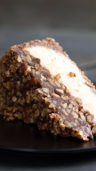 Receta con instrucciones en video: Un simple Pastel de Nueces no alcanza, por eso decidimos agregarle Cheesecake Ingredientes: Para la corteza:, 1 taza de galletas, 2 tazas de nueces pecan molidas, ¼ taza de mantequilla, derretida, Para el relleno de la torta de nuez:, ¼ taza de mantequilla, 1 taza de azúcar moreno, ¼ taza de jarabe de maíz, 1 cucharadita de vainilla, 1 ½ tazas de nueces, tostadas y picadas, Para la tarta de queso:, 3 tazas de queso crema, ablandadas, 1 taza de azúcar, 2...
