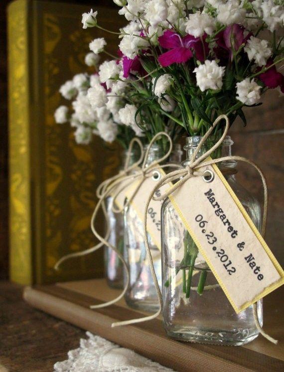 Esses vidrinhos são transformados em lembrancinhas de casamento com flores e uma tag de agradecimento! ;)