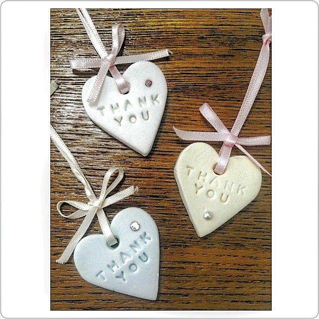 この前の#サンキュータグ にリボンをつけるとこんな感じになりました♡ リボンつけるだけで可愛くみえる(*´˘`*)♡ ラインストーンを紙粘土に埋め込んでボンドでくっつけなかったから、とれてくるものもあって心配です(>_<) これを何につけようか悩むのも楽しい♡ #結婚式diy #ウエディング #ハート型 #リボン結ぶのが大変 #チャーム #紙粘土