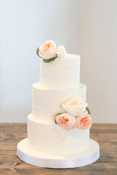 Simple white wedding cake: http://www.stylemepretty.com/little-black-book-blog/2014/09/18/boho-chic-travel-themed-orlando-wedding/ | Photography: Amalie Orrange - http://amalieorrangephotography.com/