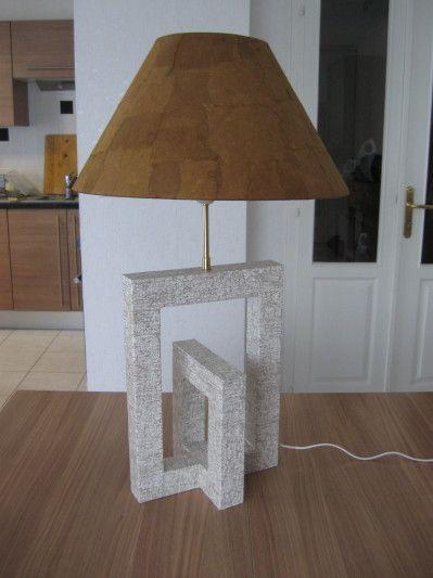 Et voici ma dernière lampe. Cela faisait longtemps que je n'en avais pas fait. Je l'ai voulu simple et design : Voici une vue rapprochée du pied de lampe : et une autre de l'abat-jour : je l'ai personnalisé en le recouvrant de papier lokta que j'ai déchiré...