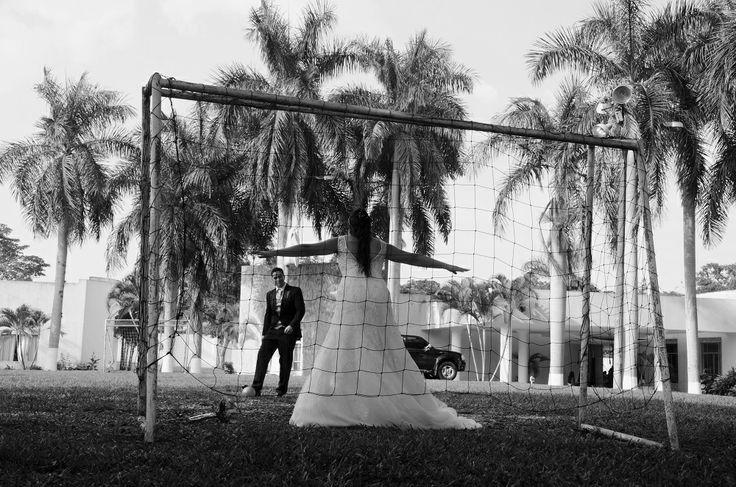 Jugar en una cancha de fútbol. #FotografoBodasCali  #FotografiaBodasCali #FotografoMatrimoniosCali