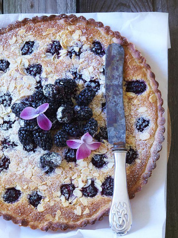 Brombærsæsonen skydes snart i gang, og vi glæder os sådan til at fejre det med marmelader, bagværk og friske mundfulde. Her får du opskriften på brombærtærte med sprøde mandelflager her!