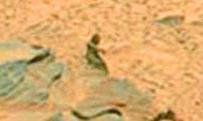 Foto da Nasa reacende debate sobre vida em Marte  Uma foto tirada do planeta Marte pela Agência Espacial Americana (Nasa) reacendeu o debate - pelo menos entre blogueiros na Internet - sobre a existência de vida no planeta.A imagem da superfície do planeta mostra o que parece ser uma misteriosa figura humana sentada sobre uma rocha.    A foto, tirada pela sonda Spirit em janeiro de 2004, foi divulgada apenas recentemente pela Nasa e imediatamente causou uma intensa discussão na Internet.