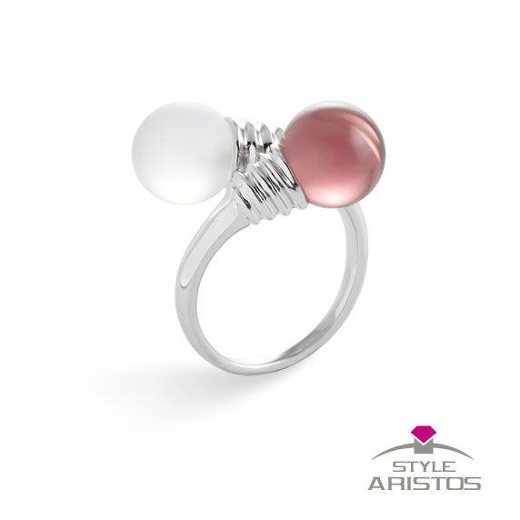 Diferente, exclusivo, con glamour... cualquier calificativo se queda corto para este #anillo de #plata y #cristales