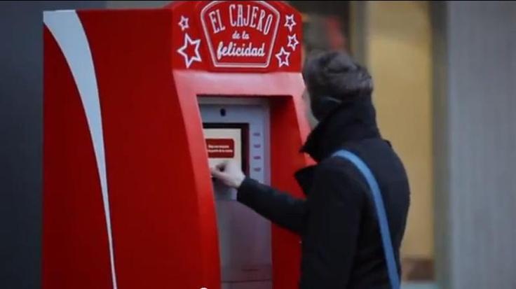 カードを入れなくても100ユーロが下ろせる!? コカ・コーラのHappinessシリーズにATMが登場 | ブログタイムズBLOG 【海外広告事例】