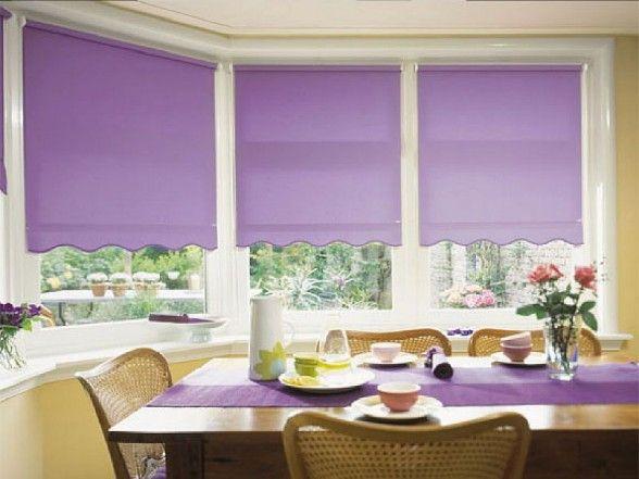 Purpurinės spalvos roletai virtuvės langams