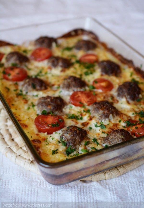 Egyszerű, hétköznapi étel, ami gyorsan elkészül és valószínűleg a család összes tagja szeretni fogja. Húsgolyók krumpliágyon Hozzávalók: 50 dkg darált vegyes hús (sertés és marha), 3 cikk fokhagyma…