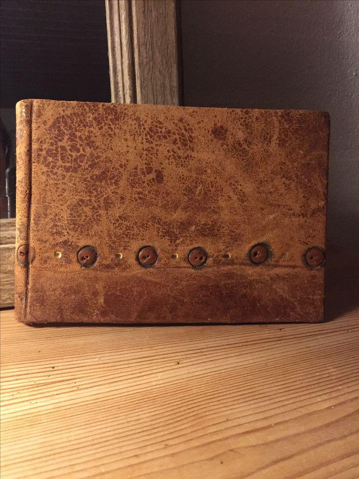 100 år gammelt stolelæder har givet liv til denne håndlavede notesbog. De gamle sømhuller danser på for- og bagside.