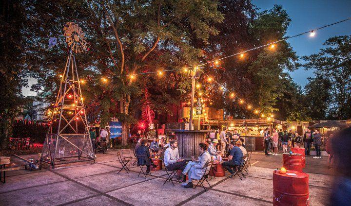 In de schaduw van de Antwerpse brouwerij De Koninck ontpop-upt zich een nieuwe zomerbar: tot 4 september kan je bij Smokey Jo's Garage de eigenzinnige brouwsels van Stadsbrouwerij De Koninck drinken in de boomhut, heerlijk eten in het trailer trash park en films kijken in de BUSinessseats in de garage. De naam van de zomerbar