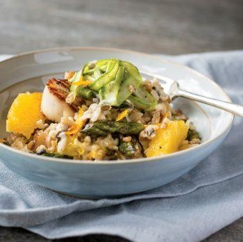Risotto de grains mélangés aux pétoncles aux lardons aux asperges et au zeste d'orange