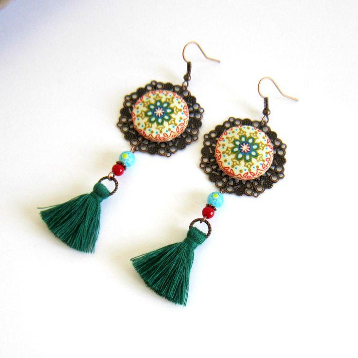 Boucles d'oreilles gypsy, bohème, cuivre, vert, rouge turquoise, cabochon mandala, pompon fait main : Boucles d'oreille par color-life-bijoux