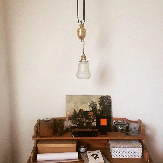 Hisslampa över vårt skrivbord