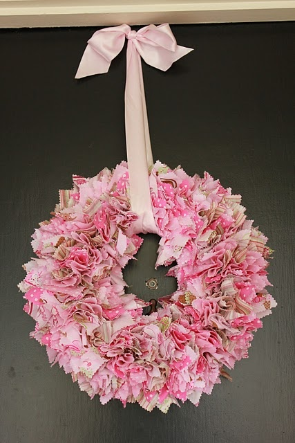 Must make! Now I'm sad that I already cut fabric to do a wreath another way. I guess this will be 4th of July inspiration!