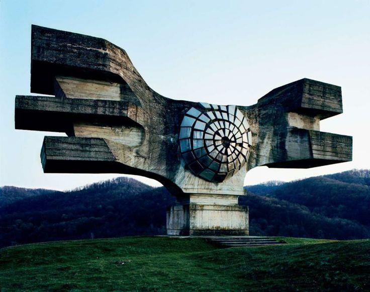 """Revolutionsdenkmal/ Geflügeltes Auge: Das """"Spomenik revolucije"""" (kroatisch: Denkmal für die Revolution) schuf 1967 der Jugoslawe Dusan Dzamonja - einer der bevorzugten Künstler des ehemaligen jugoslawischen Staatschefs Tito. Das Mahnmal befindet sich auf dem Schlachtfeld von Podgaric bei Berek in Kroatien. Es soll an Siege der jugoslawischen Partisanen erinnern."""