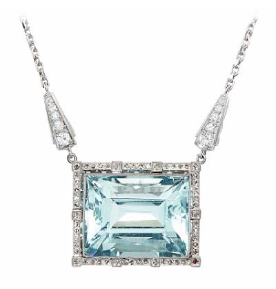 ANHENG MED KJEDE  Hvitt gull. 14 K. Fattet med en akvamarin 23,5 - 18,5 mm, åtte brillianter 0,50 ct, to 8/8 diamanter 0,02 ct, 13 8/8 diamanter og 40 roseslipte diamanter. Sikkerhetslås. Antatt kvalitet: Wesselton SI LENGDE 38,00 CM