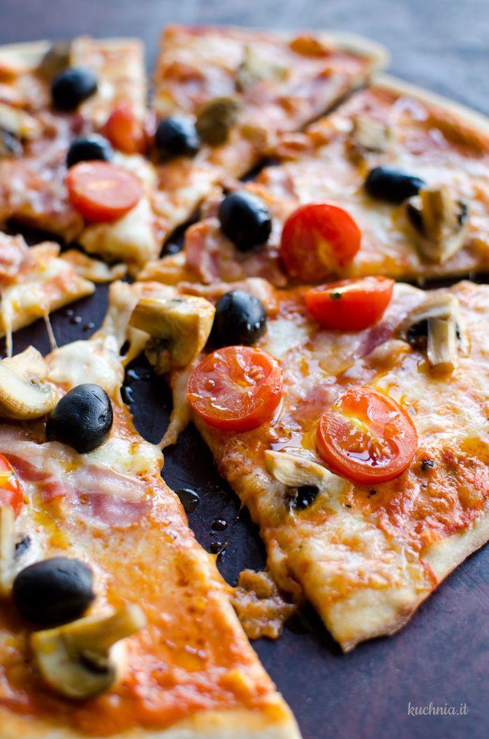 Pizza z pancettą i duszonymi pieczarkami
