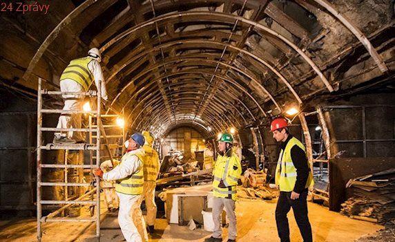 VIDEO: Opravy metra Jinonice jsou téměř v půlce, staveniště žije i v noci