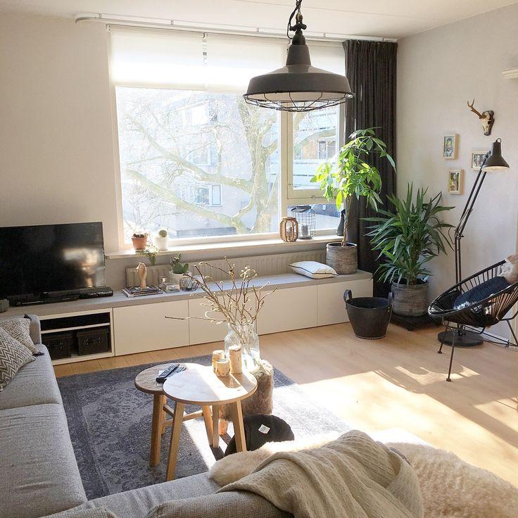 Dionne, haar vriend en drie cavia's wonen in een appartement in het centrum van Breda. In deze Binnenkijken zie je hoe zij haar meubels eigen maakt en meer.