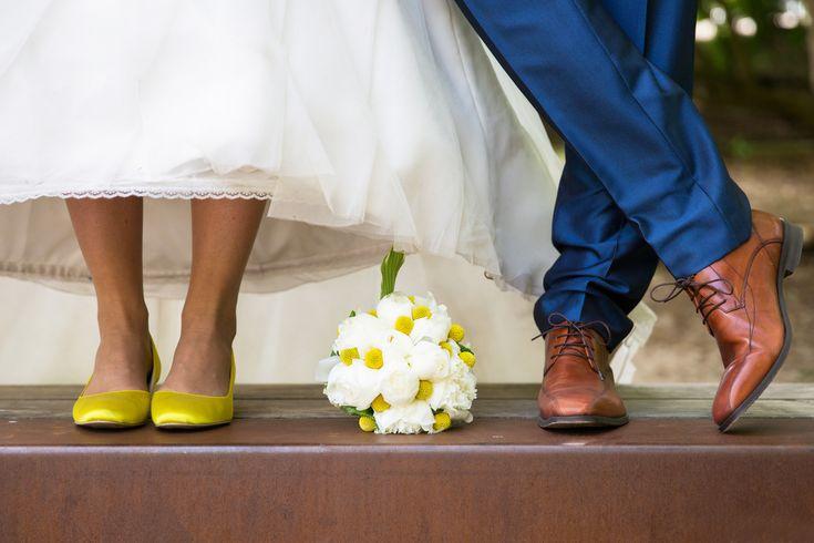 Gele schoenen en bruidsboeket met gele accenten. #thema #geel #bruiloft Weddingplanner: Prachtige Plannen weddings & events Fotocredits: Sylka Fotografie