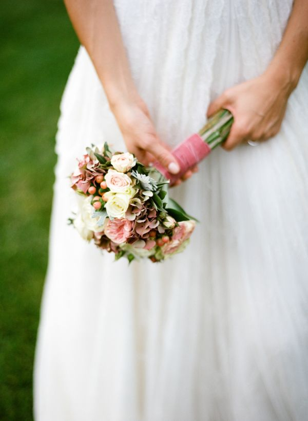 Rose and Berry Bouquet | photography by http://www.cinziabruschini.it Flowers by Jardin Divers www.jardindivers.it @jardindivers wedding in italy, italian wedding, tuscany wedding, romantic wedding, flower wedding, outdoor wedding, long table receivement, Casa Mora