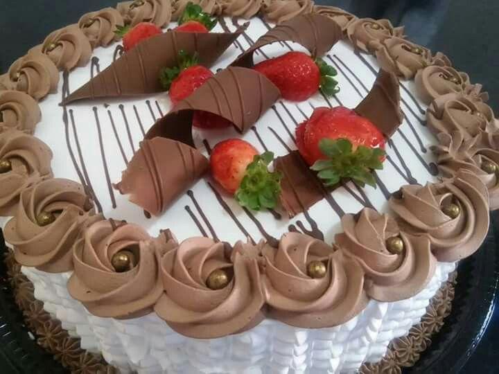 Resultado de imagem para bolo de chantilly[ com escrita de chocolate