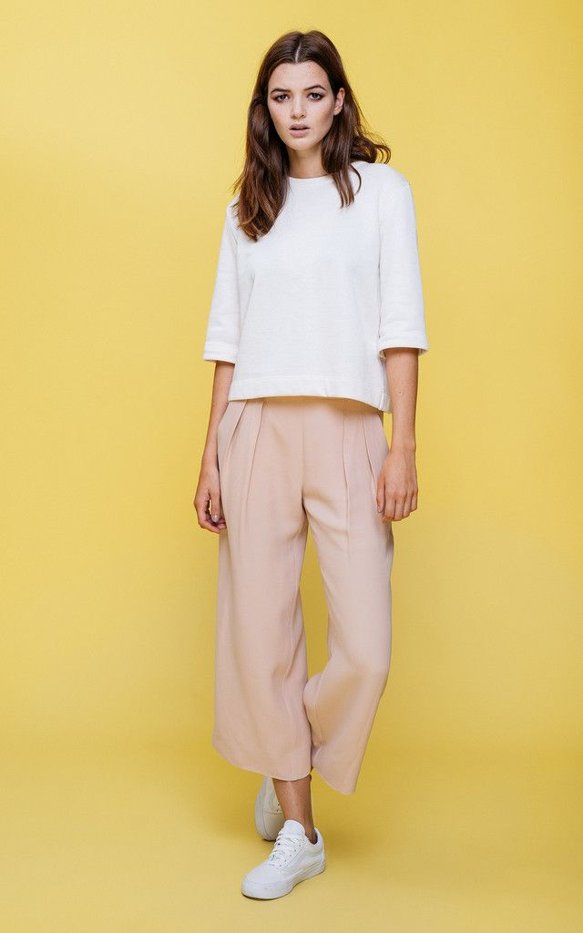 These lovely stucco trousers will make you long for the sunny days in the city. Smart but easy, this is definitely your next favorite piece of the season.