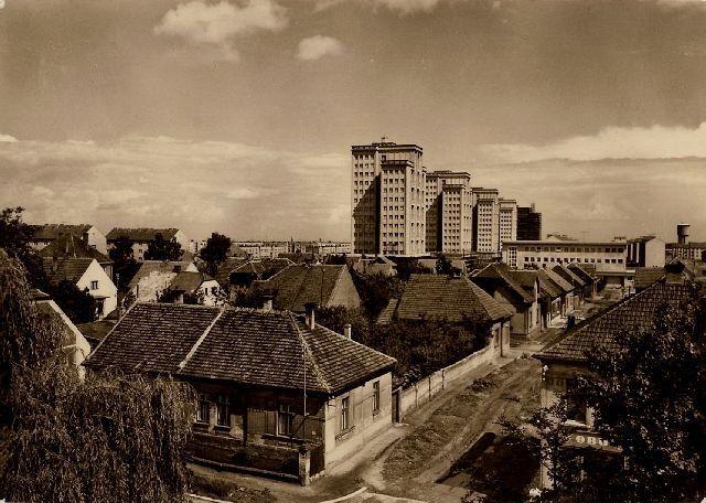 Stará rozdělovská zástavba a vznikající věžové domy Sídliště Vítězného února (50. léta)