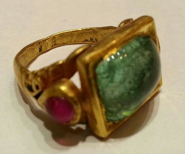 Emerald and ruby ring. Prob. Deccan 18th century.