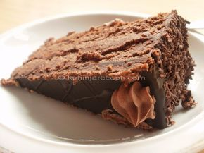 Francuska čokoladna torta je zaista čarobna. Kad je jednom napravite, postaće redovna poslastica na vašoj svečanoj trpezi. Divnog ukusa i opojnog mirisa, to je posebna čokoladna poslastica za potpuno uživanje i opuštanje. Priprema Penasto umutiti maslac sa šećerom pa uz stalno mešanje dodavati jedno po jedno žumance. Potom dodati i umešati otopljenu čokoladu, mlevene … Настави са читањем Francuska čokoladna torta