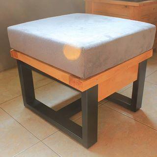 Bangku sofa, dengan ukuran 50cm x 50cm singgle bangku ini cocok bgt buat rumah minamalis, 😊    #wood #woodart #pinewood #woodwork #woodworking #dowoodworking #pallet #palletart #palletfurniture #recycle #recyled #reclaimedwood #carpenter #furniture #custom #kayupallet #rustic #suculent #planterbox #sofa #diy #instagram #bogor