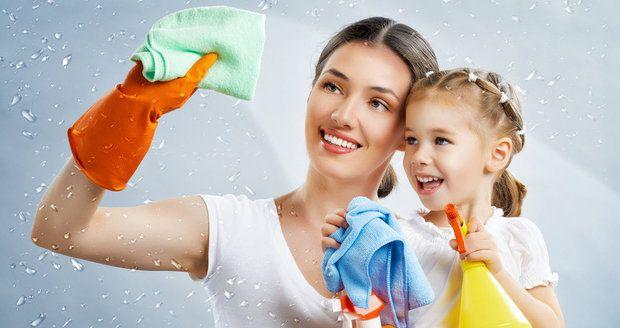 U některých z těchto věcí máme pocit, že se čistí samy, že nemohou být špinavé nebo si na ně při úklidu zkrátka ani nevzpomeneme. Ve skutečnosti bychom jim ale měli věnovat při úklidu pozornost mnohem častěji, než to děláme! Které věci v naší domácnosti si zaslouží umýt hned při dalším úklidu?