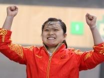 Photo # 4: July 29, 2012 - China - women's shooting - 156 x 208.   picture shows Guo Wenjun. Alle Gold-Gewinner —China, China, China   Dem chinesischen Olympia-Team gehört der Auftakt der Spiele in London. Nach nicht einmal zwei Wettkampftagen haben die Chinesen bereits fünf Goldmedaillen gesammelt - inklusive dem überraschenden Weltrekord eines Teenagers. Auch die USA beginnen stark.